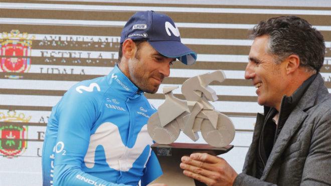 Valverde recibe el trofeo de manos de Indurain.