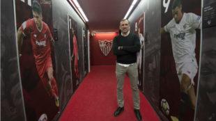Óscar Arias posa para MARCA en el túnel de vestuarios.