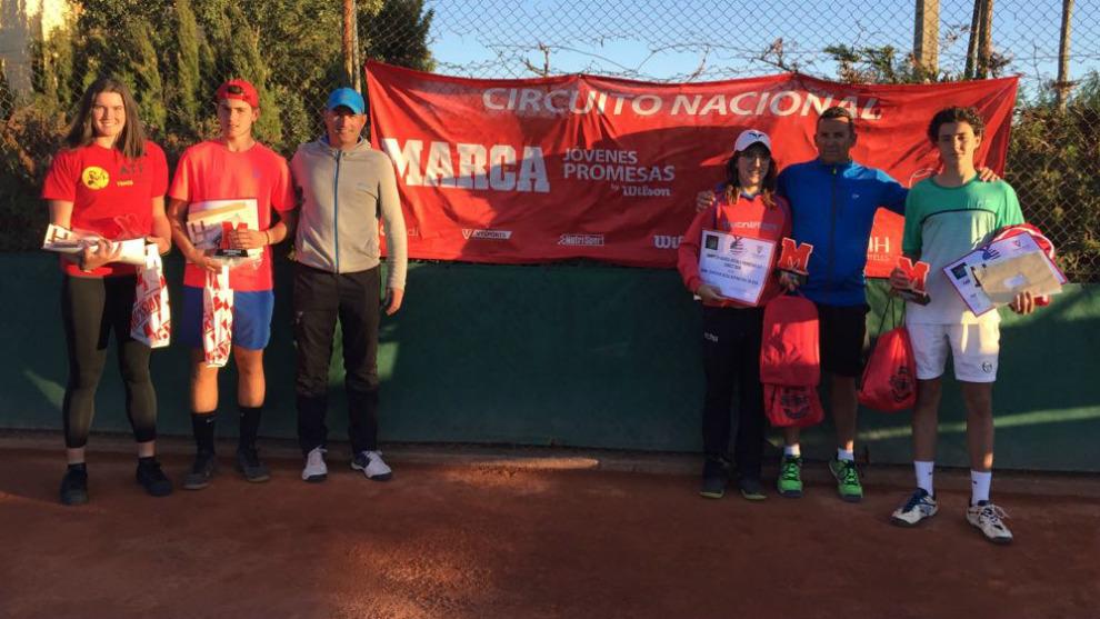 Campeones y finalistas junto a  José Luis Sanz, director del Torneo y...