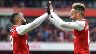 Walcott y Aubameyang celebran un gol al Stoke