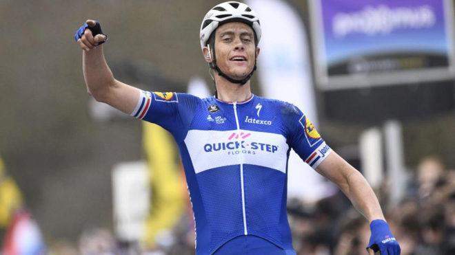 Niki Terpstra celebra su victoria en el Tour de Flandes