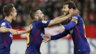 Denis Suárez y Jordi Alba van hacia Messi para celebrar su gol ante...