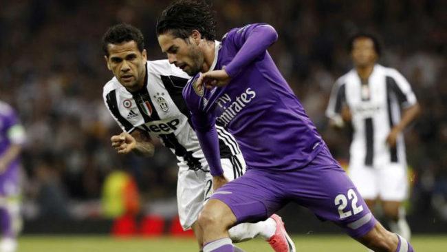 Isco se marcha de Alves en la final de la Champions.