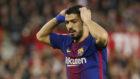 Luis Suárez se lamenta de una ocasión contra el Sevilla