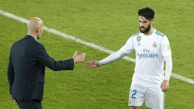 Isco y Zidane, a punto de chocar sus manos.