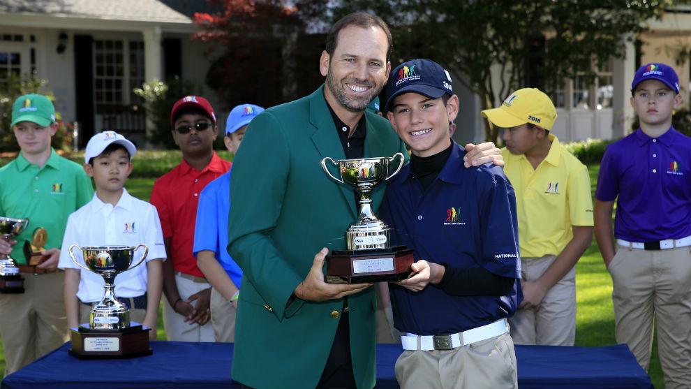 Sergio García entrega el premio a uno de los ganadores del...