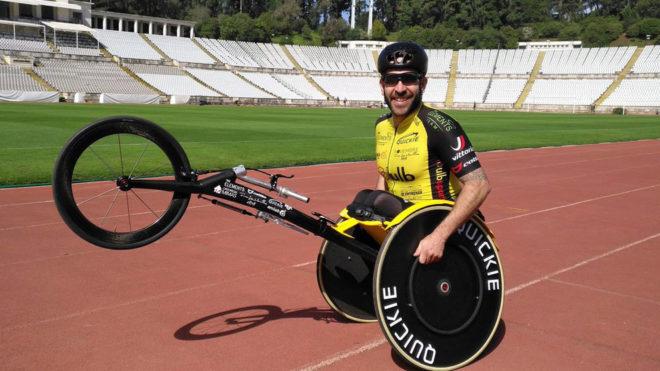Rafa Botello posa con su silla de atletismo.