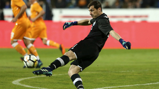 Casillas lanza el balón durante el partido frente a Belenenses.