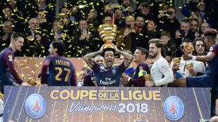 Dani Alves alza el trofeo de Copa de la Liga