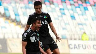 Nico Oroz, de pie, celebra un gol con Joel Acosta.