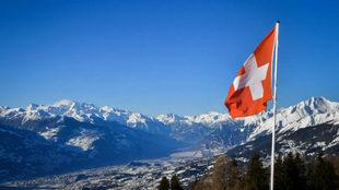 Una bandera ondea en el cantón suizo de Valais