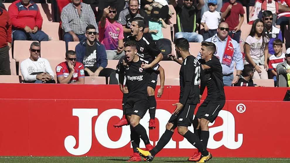 Los jugadores del Sevilla Atlético celebran en Los Cármenes su...