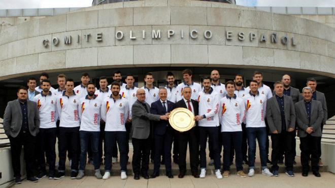 La selección masculina de balonmano, con el trofeo de campeona de...