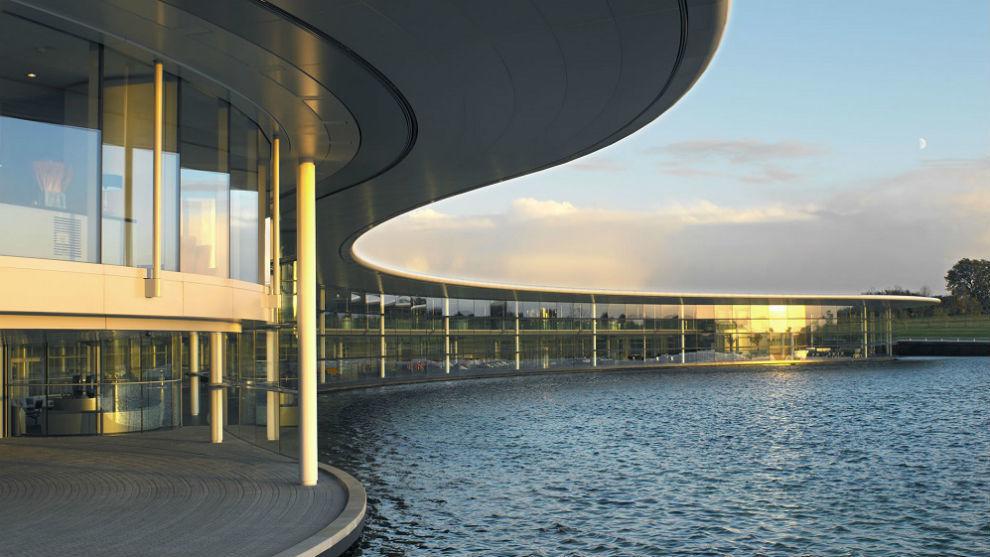 Imagen del pequeño lago exterior a la fábrica de McLaren F1.
