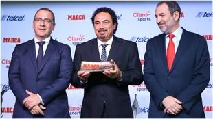 Juan Ignacio Gallardo, Hugo Sánchez y José Aboumrad, en la entrega...