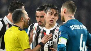 Ramos habla con Dybala delante del colegiado.