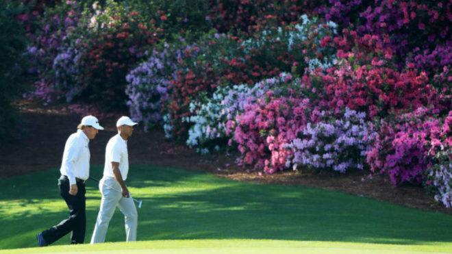 Mickelson y Woods caminan por el hoyo 13 del Augusta National.