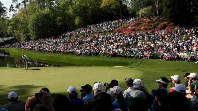 Tiger Woods patea en el green del hoyo 16.