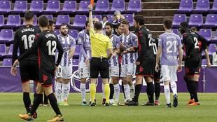Pérez Pallas muestra la tarjeta roja al pucelano Kiko Olivas