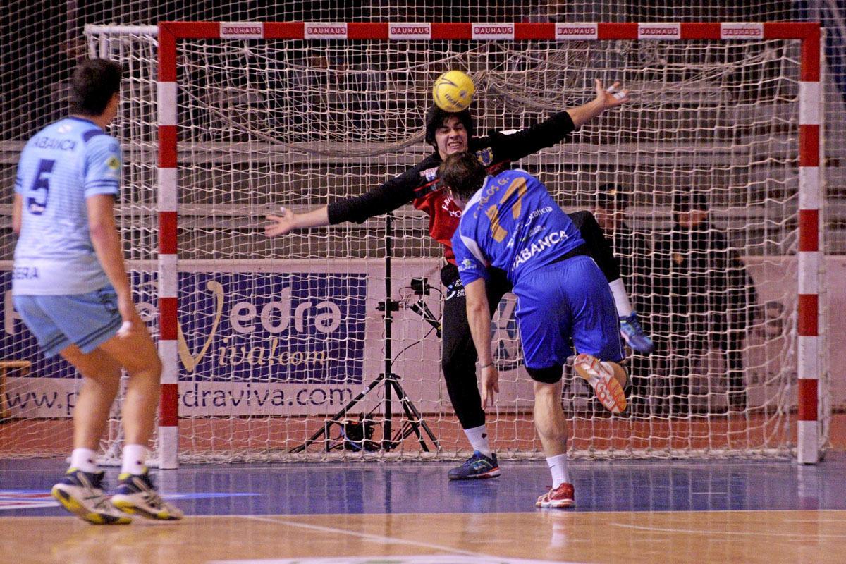 Edu Salazar durante un partido entre el Cangas y el Teucro