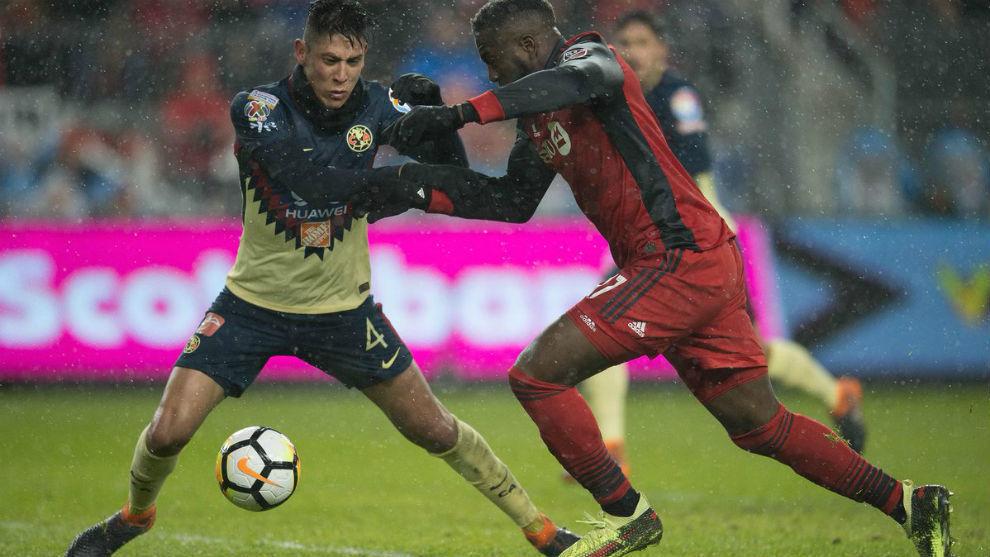 Edson Álvarez y Jozy Altidore en la ida de las semifinales de la...