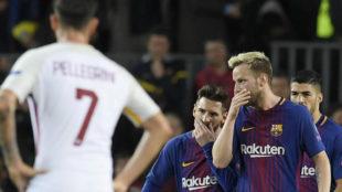 Rakitic y Messi hablan con Suárez detrás.
