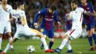 De Rossi pugna con Messi en el Barça-Roma.