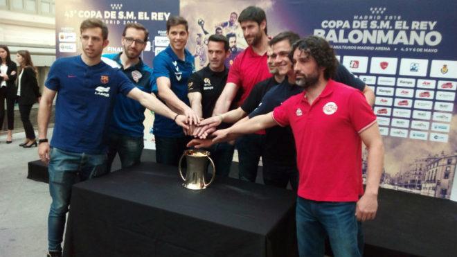 Jugadores de los ocho equipos participantes, junto al trofeo de la...