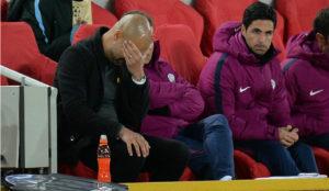 Guardiola se lamenta durante el partido frente al Liverpool.