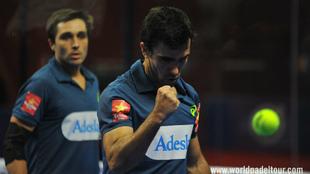 Pablo Lima realiza un gesto de ánimo durante el partido