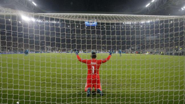Keylor Navas, de rodillas rezando antes del inicio del partido en...