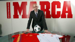 Luis Rubiales posa en la redacción de MARCA con las dos camisetas de...