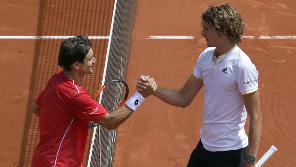 David Ferrer y Alexander Zverev se saludan tras su partido de Copa...