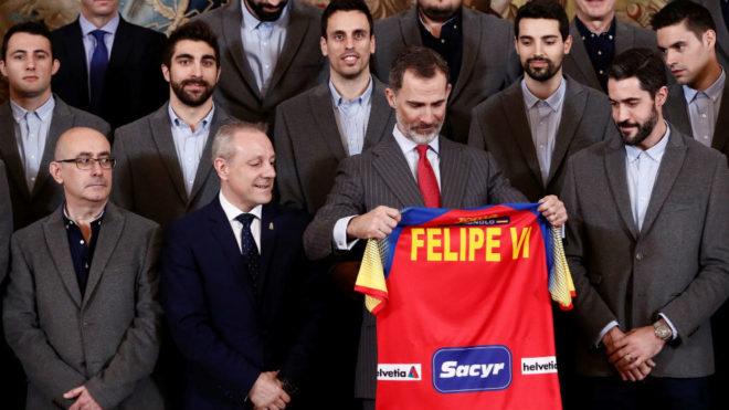 El Rey Felipe VI recibiendo una camiseta personalizada de los...