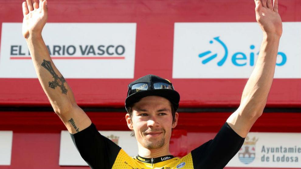 Primoz Roglic celebra en el podio de Eibar su liderato en la general.