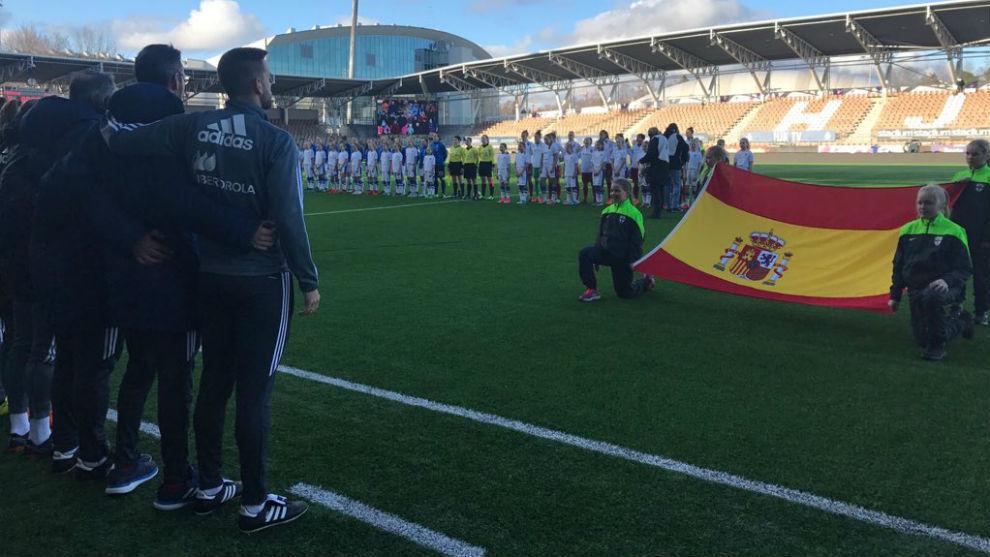 Las internacionales españolas escuchan el himno en el Helsinki...