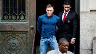 McGregor sale esposado de la comisaría donde se entregó