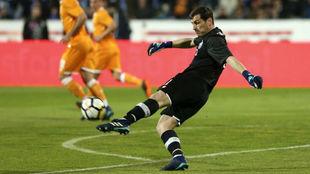 Casillas saca en largo durante el partido 1.000 de su carrera.
