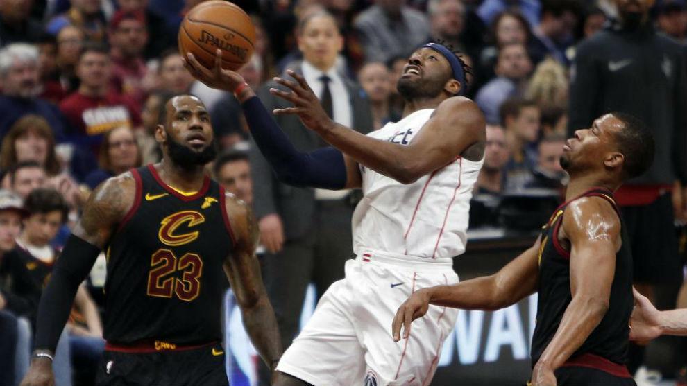 John Wall jugando contra LeBron James y los Cleveland Cavaliers