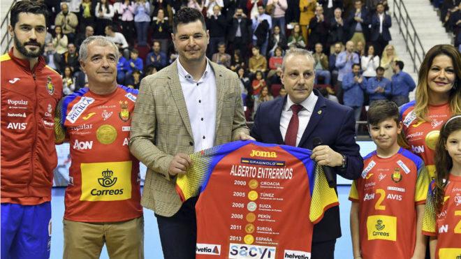 Alberto Entrerríos, homenajeado junto a su familia, su padre y su...