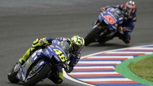 Rossi, delante de Viñales en Termas.