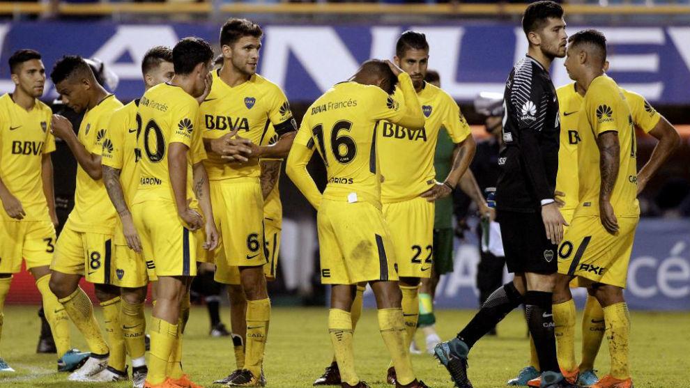 Los jugadores de Boca lamentan la derrota.