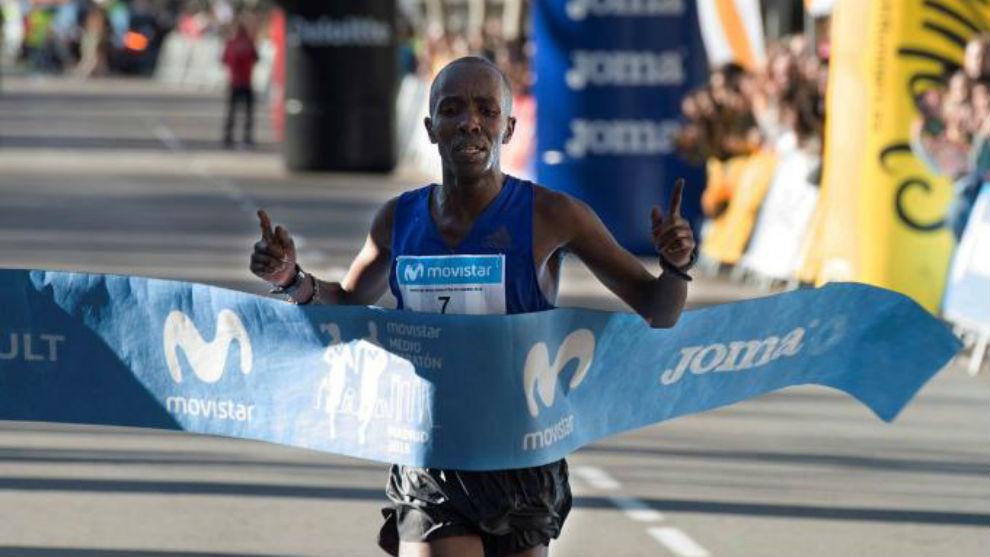 Ezrah Kiprotich Sang al llegar a la meta del Medio Maratón de Madrid