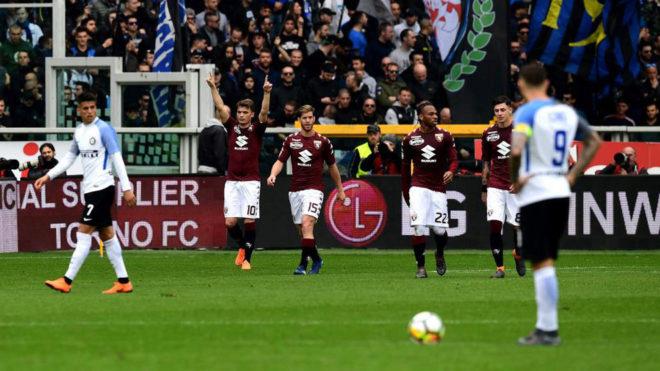 Los futbolistas del Torino celebran el gol de Ljajic.