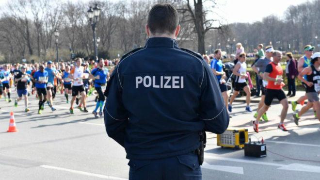 Un policía alemán durante el Medio Maratón de Berlín.