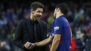 Simeone y Suárez se saludan en el Barça-Atlético