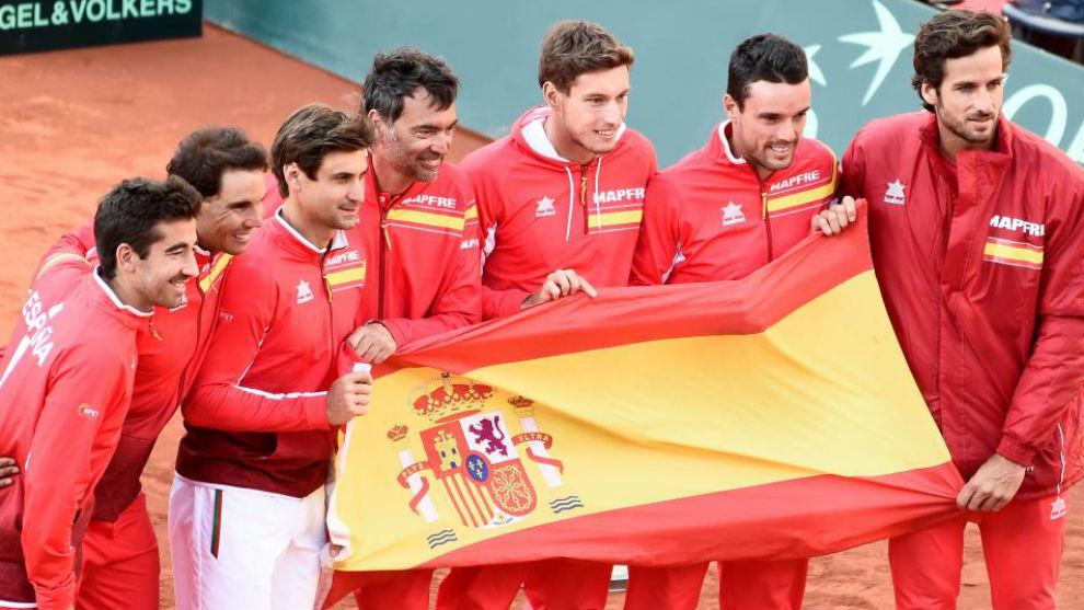 El equipo español posa con la bandera