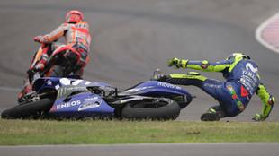 Rossi, en el suelo mientras Márquez se aleja