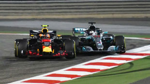 Momento en el que Verstappen toca a Hamilton al adelantarle sin...