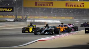 Hamilton, delante de Hulkenberg y Alonso, durante el GP de Bahréin